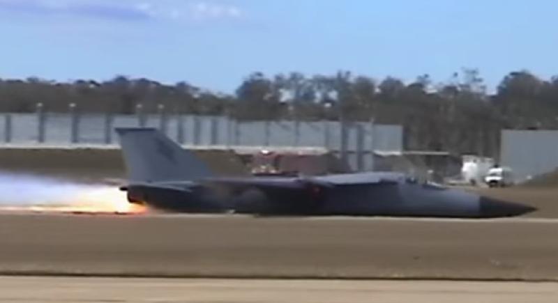 بالفيديو...هبوط جنوني لمقاتلة حربية دون استخدام العجلات