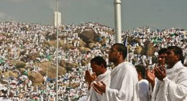 أكثر من مليوني حاج يؤدون الركن الأعظم على صعيد عرفات