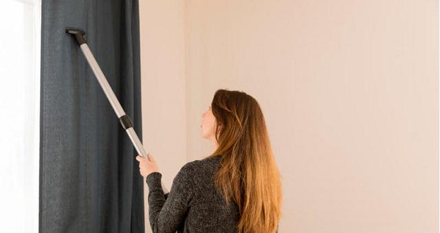 4 أفكار مبتكرة لتنظيف الستائر وهي معلقة