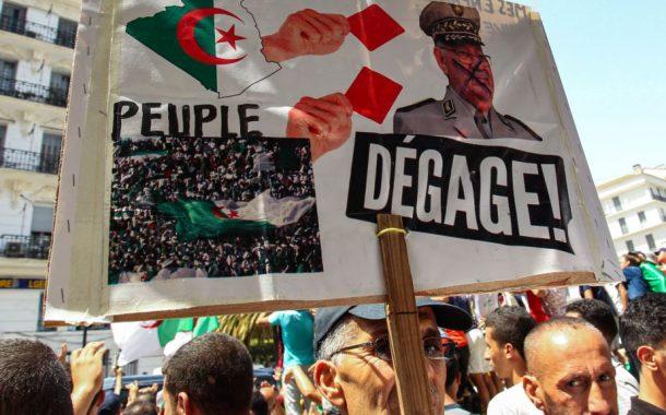 الجزائريون ينزلون إلى الشارع ويطالبون بإسقاط قايد صالح (صور)