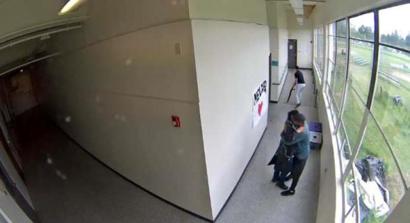 طالب يدخل المدرسة ببندقية.. ورد فعل مفاجئ من مدرب كرة القدم (فيديو)