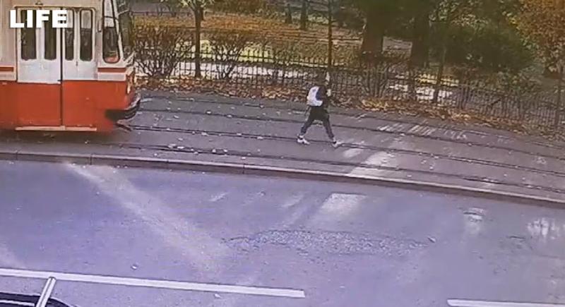فتاة تنجو باعجوبة من تحت عجلات الترام (فيديو)