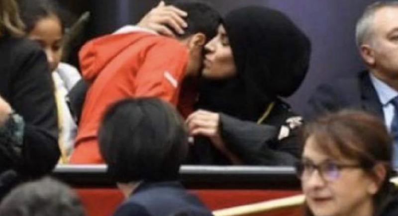 ماكرون يعلّق عن الجدل القائم بشأن الحجاب في بلاده