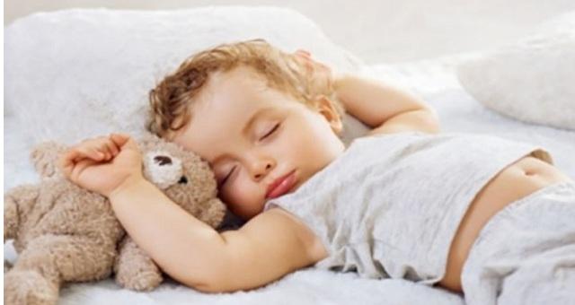4 أغذية تساعد طفلك على النوم بهدوء