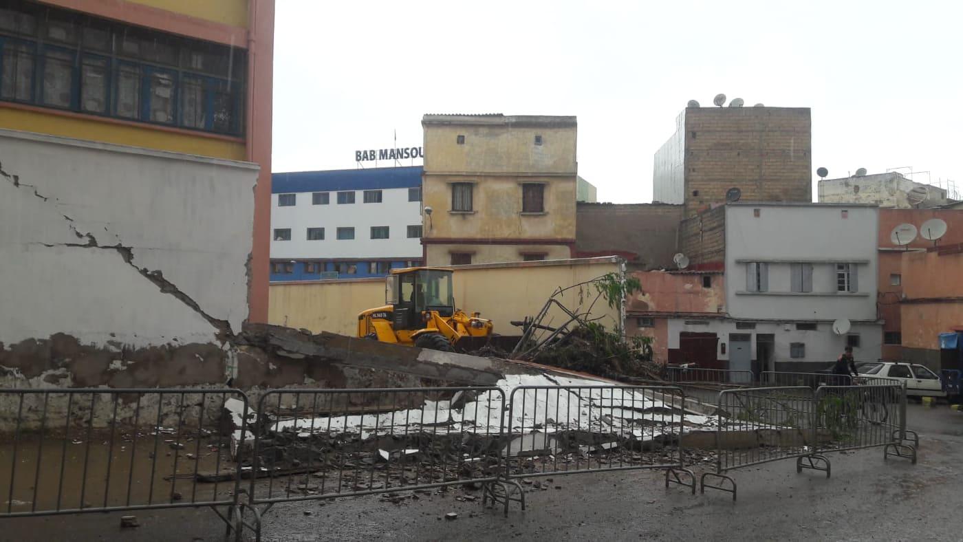 البيضاء.. انهيار سور مدرسة ابتدائية حديث البناء