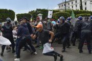 السلطات الجزائرية تفرّق مسيرة طلابية وتوقف عشرات المتظاهرين