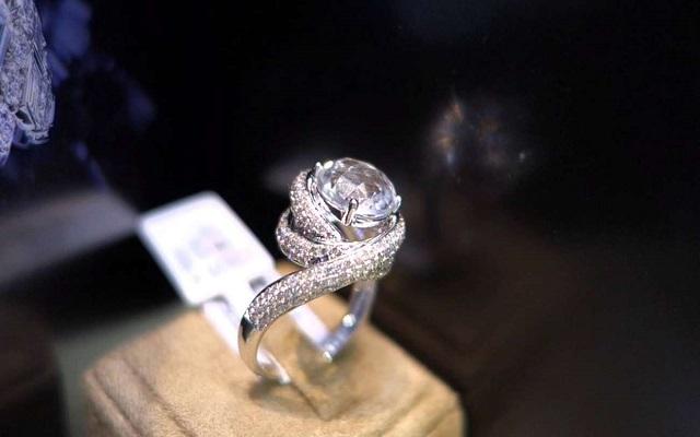 طليقة الملك ترهن خاتم زفافها لسداد فواتير طبية