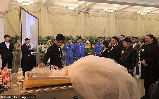 فرقهم السرطان ورغم ذلك حول جنازتها لعرس