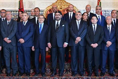 الملك يستقبل رئيس الحكومة وأعضاء الحكومة في صيغتها الجديدة