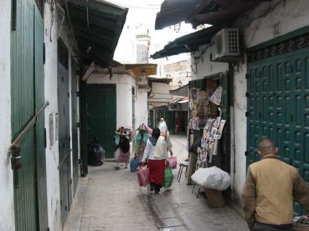 ساكنة المدينة العتيقة بتطوان تشتكي غياب الإنارة العمومية بالأحياء