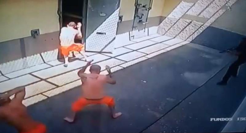 فيديو.. سجناء يختطفون الحارس ويحتجزونه داخل الزنزانة