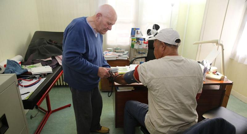 طبيب عمره يقارب الـ100 عام ومازال يعالج مرضاه