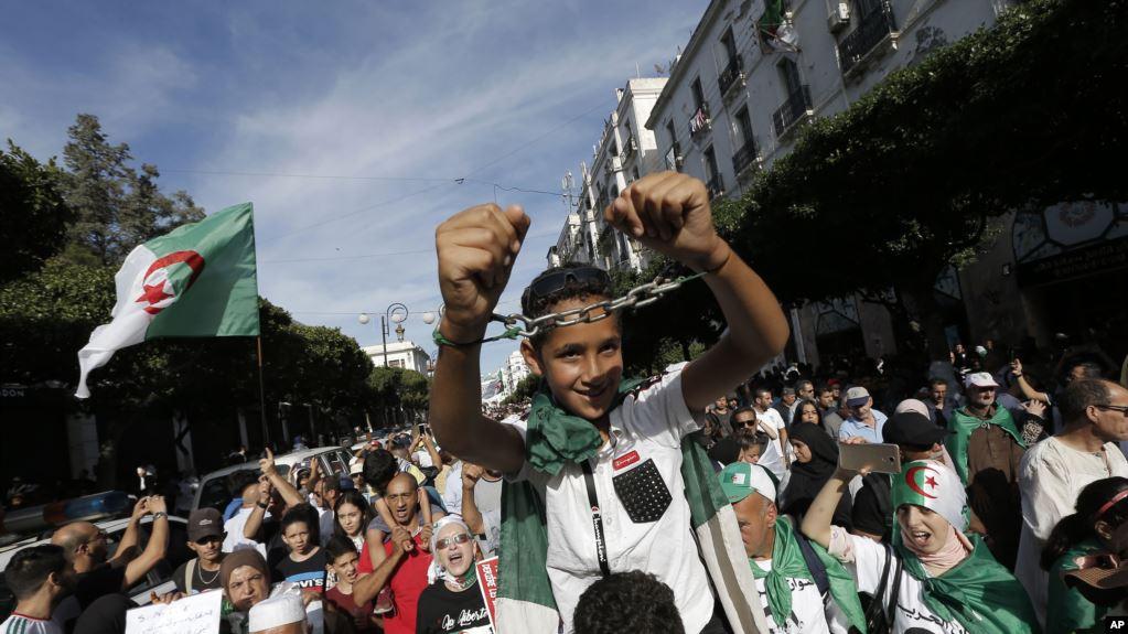 قبل بدء الحملة الانتخابية.. الجزائريون ينزلون إلى الشارع لرفض الرئاسيات