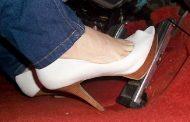 الإمارات تحذر النساء من ارتداء الكعب العالي أثناء السياقة