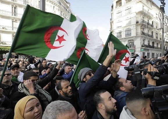 الجزائر.. غضب شعبي يرافق الحملات الانتخابية للمرشحين للرئاسة