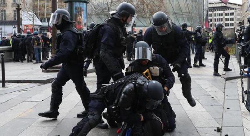 فرنسا: السجن وغرامة مالية لشرطي صفع متظاهرا