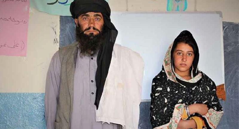 يسافر 12 كم يومياً لنقل بناته إلى المدرسة ليصبحن طبيبات