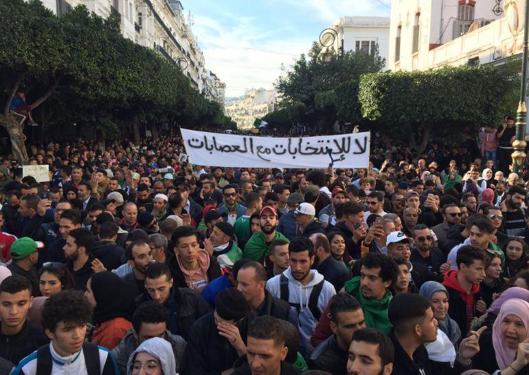 قبل ساعات على موعدها.. آلاف الجزائريين يتظاهرون رفضاً للرئاسيات