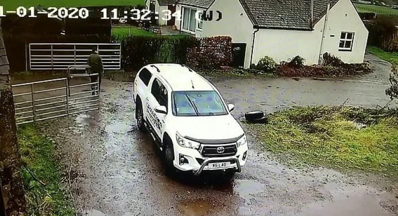 في مشهد طريف.. الرياح تمنع امرأة بريطانية من ركن سيارتها (فيديو)
