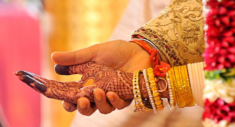 على طريقة الأفلام الهندية.. والد العريس ووالدة العروس يهربان معا