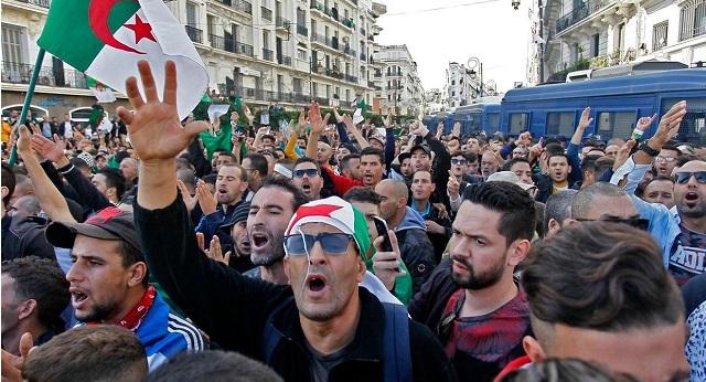 الجزائر.. الحراك يجتمع بأحزاب وتنظيمات سياسية لمواجهة النظام