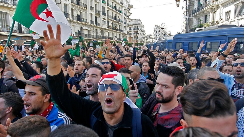 الجزائر.. مئات الطلبة يخرجون إلى الشوارع ويقدمون مقترحات لحل الأزمة