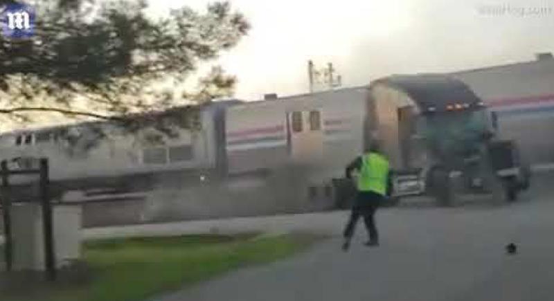 نجاة سائق شاحنة بأعجوبة لحظة اصطدامها بالقطار (فيديو)