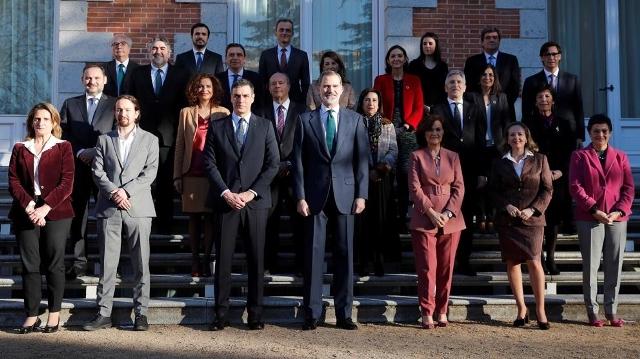 ملك إسبانيا رأس أول اجتماع للحكومة بحضور زعيم