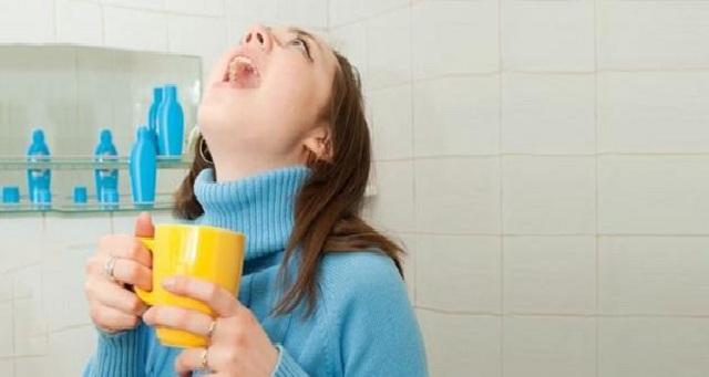 تعالج التهاب الحلق وجهاز التنفس.. تعرفي على فوائد الغرغرة بالماء المالح