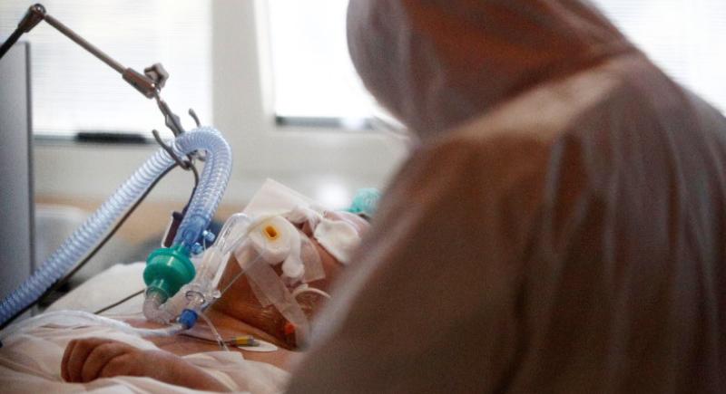 كورونا ينهي حياة مريض أثناء إخبار زوجته بتعافيه.. والطبيب: أصعب مشهد