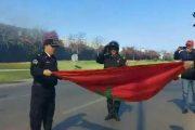 لقطة جميلة.. عناصر الأمن تحمي العلم الوطني من ألسنة النيران (صور)