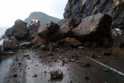 انهيارات صخرية كثيفة تقطع الطريق بين تطوان والحسيمة