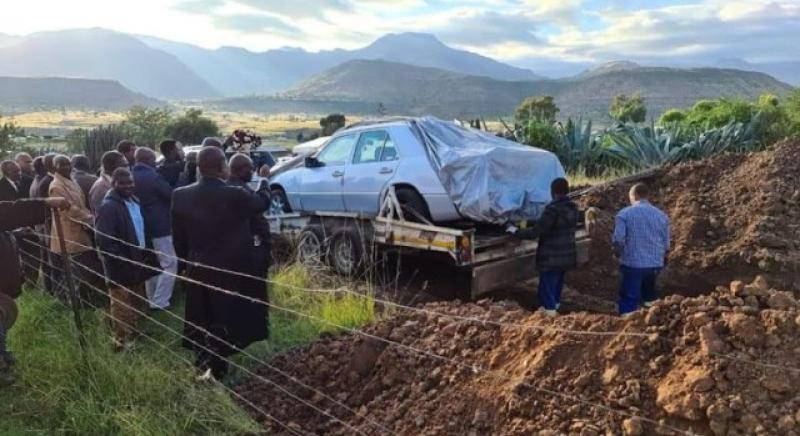 تنفيذا لوصيته.. دفن سياسي من جنوب أفريقيا مع سيارته المرسيدس (فيديو)