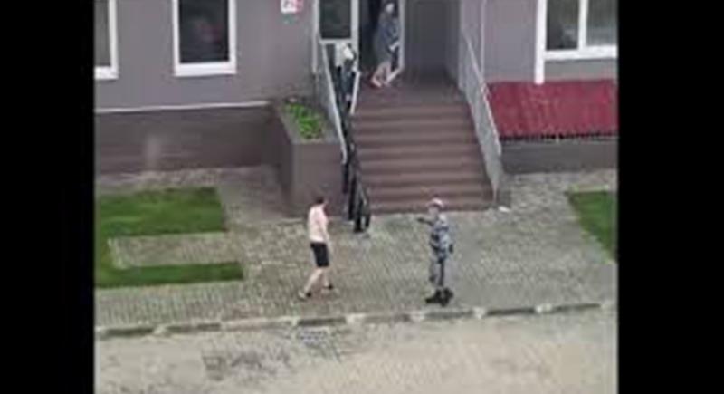 شاب يخالف الحجر الصحي ورجال الأمن يركضون خلفه للقبض عليه (فيديو)