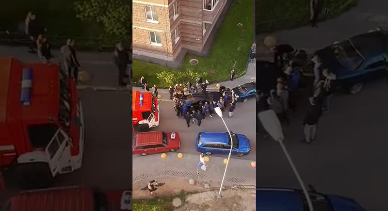 حشد من الرجال يحركون سيارة بأيديهم لتمرير سيارة الإطفاء (فيديو)