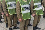 توقيف عنصرين من القوات المساعدة عن العمل بعد ظهورهما في فيديو يعنفان شخصا