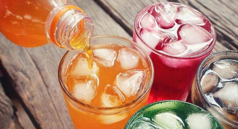 أضرار خطيرة.. ماذا يحدث لجسمك عندما تتناول المشروبات الغازية؟