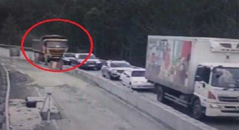 حادث مروع... شاهد شاحنة تسحق 5 سيارات خلال ثوان (فيديو)