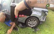 شاهد كيف قامت شرطية بإلقاء القبض على سارق سيارة (فيديو)