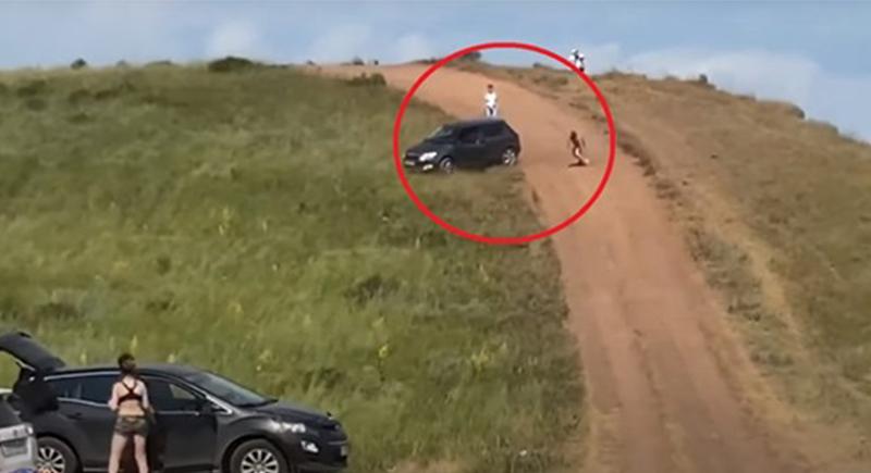 سيارة تتدحرج وتكاد تدهس متنزهين بعدما نسي قائدها سحب الفرامل (فيديو)