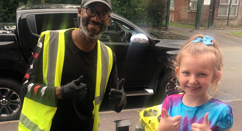 في لحظة مؤثرة... طفلة تشكر سائق توصيل أصم بلغة الإشارة (فيديو)