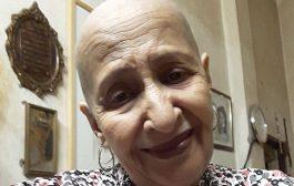 تضامنا مع مرضى السرطان.. عائشة ماه ماه تحلق شعرها كليا