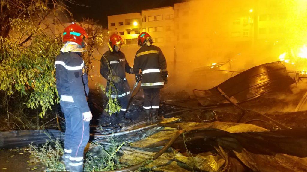 البيضاء.. خسائر كبيرة في حريق بسوق المتلاشيات بحي التشارك (صور)