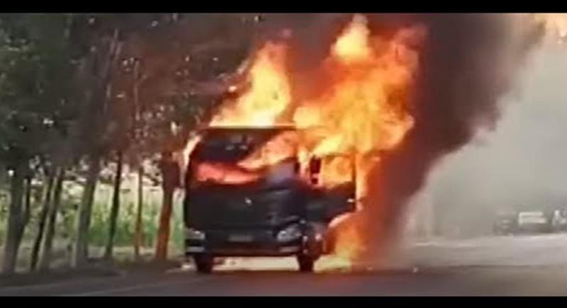 سائق شاحنة مشتعلة يخاطر بحياته لإنقاذ آخرين (فيديو)