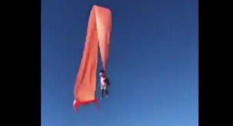 رفعتها أكثر من 3 أمتار.. طائرة ورقية تتسبب في حادث مرعب لطفلة (فيديو)