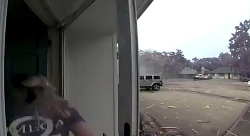 كادت تفقد حياتها بسبب عاصفة ضربت منزلها (الفيديو)