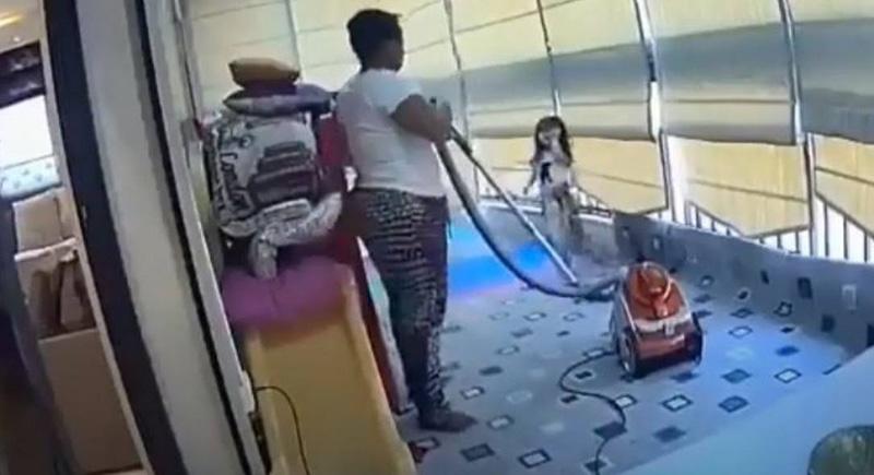"""""""الملاك الحارس"""".. عاملة تخطف القلوب بعد احتضانها لطفلة بانفجار بيروت (فيديو)"""