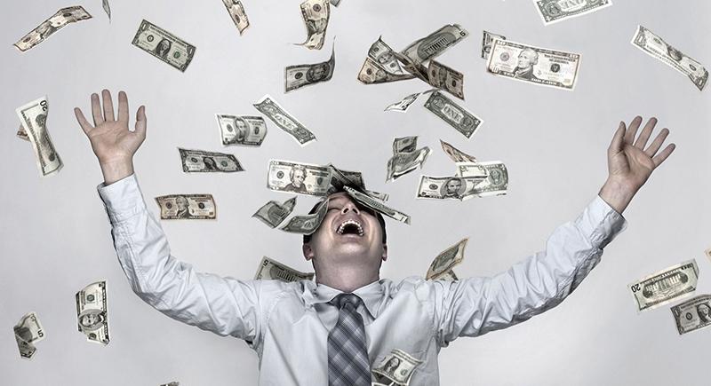 رجل يتفاجأ بتحويل 2 مليار دولار لحسابه بالبنك !