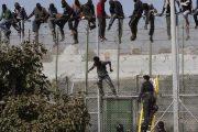 وسط أزمة كورونا.. محاولة اقتحام مهاجرين أفارقة لمليلية المحتلة تنتهي بقتيل وجرحى