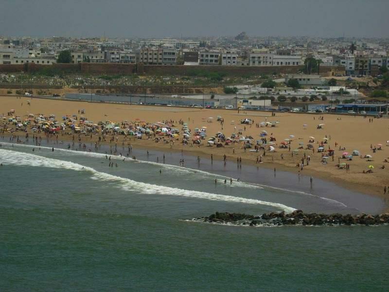 سلطات سلا تغلق الشاطئ وتطوق أحياء بالمدينة